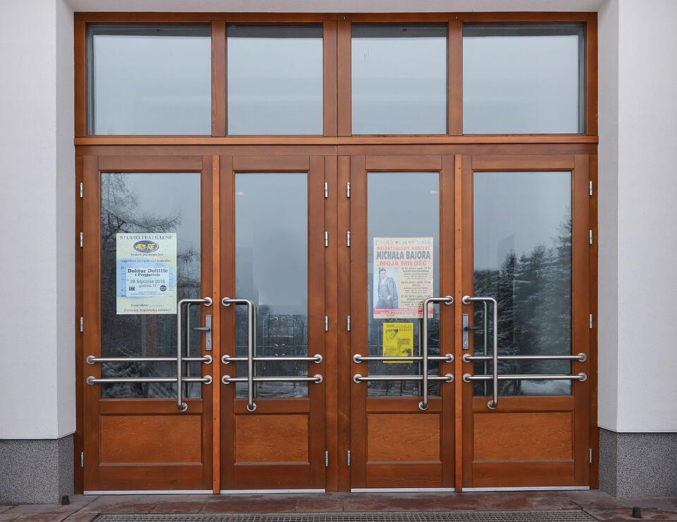 Drzwi drewniane wejściowe.