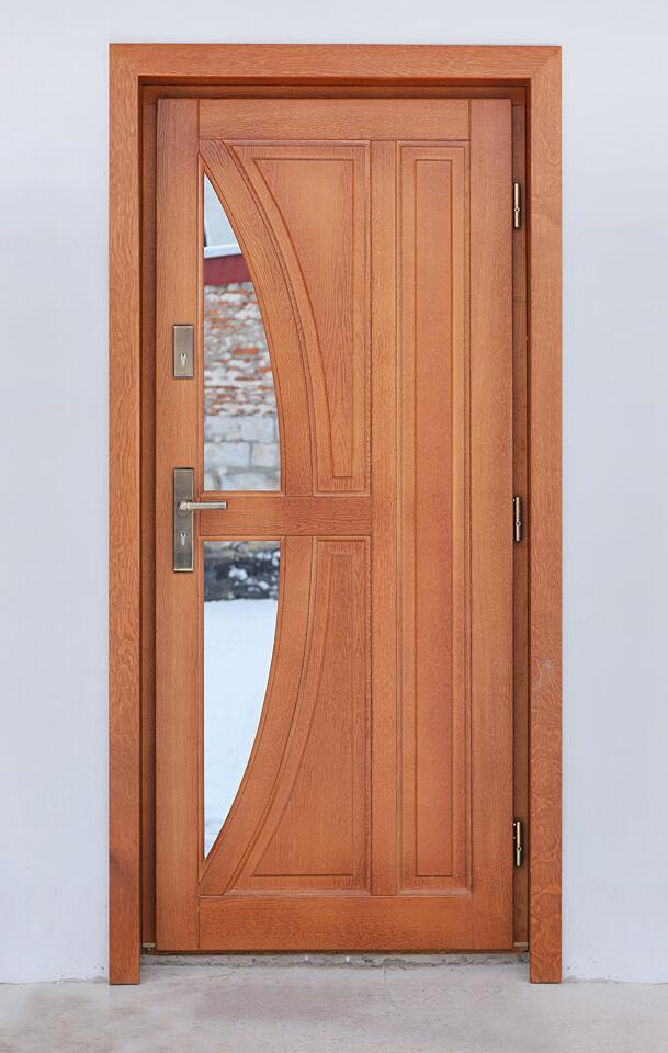 Drzwi na zewnątrz z drewna.