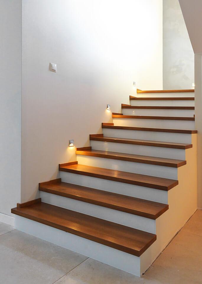 Schody na konstrukcji betonowej.