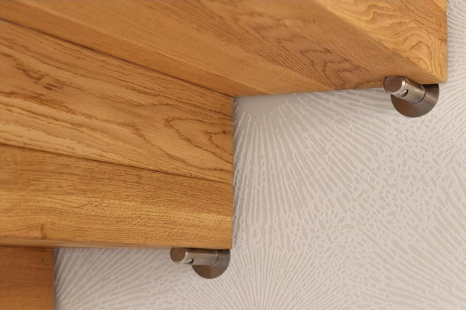 Schody dywanowe z drewna.