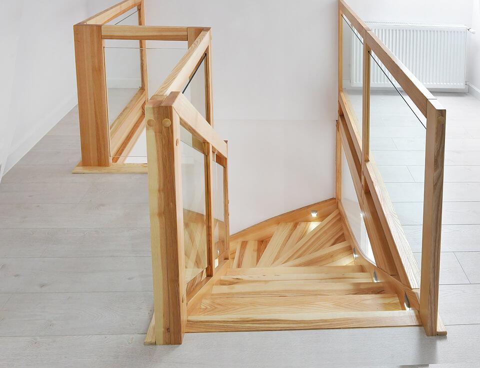 Schody na konstrukcji samonośnej z jesionu.